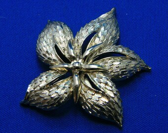Vintage Large Detailed Dimentional Gold Tone Flower Pin Brooch