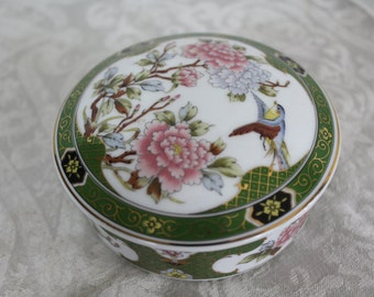 A lovely Vintage porcelain trinket box, Chinese pictures, jewellery box