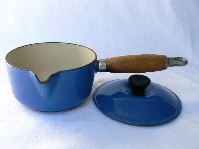 le creuset blue color 14 cast iron enamel sauce pan pour. Black Bedroom Furniture Sets. Home Design Ideas