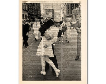 art print on vintage dictionary page / V-J-Day / time square / kiss / 0127