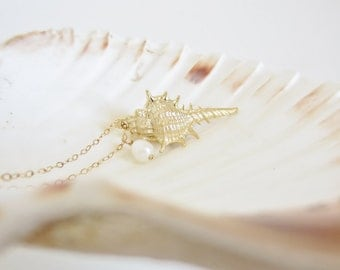 Gold seashell pendant necklace, conch shell necklace, pearl jewelry, beach jewelry, seashell necklace, gold pendant, nautical necklace