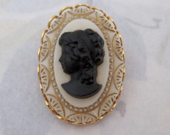 vintage small glass cameo in gold tone lace edge setting brooch pin - j5864