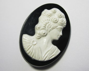 SALE Vintage Cameo - Lucite Cameo Brooch - Oval Brooch