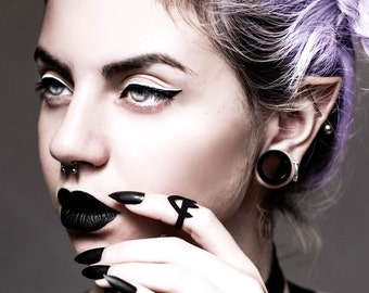 Priestess midi ring in black - A midi ring of talons and triangles, shaped like a headdress.
