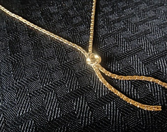Lovely Vintage C-Link Gold Tone Chain Necklace Embellished with a Gold Tone Knot (309)
