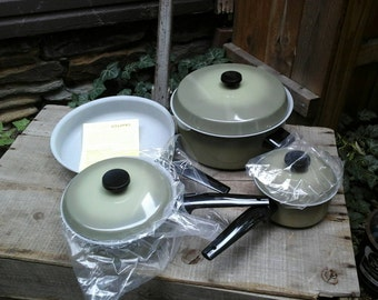 VINTAGE 7 Piece French Style Gourmet Cookware Set. Genuine Porcelain. Fired on No-Stick Interior. Skillet. Sauce Pans. Dutch Oven.Never Used