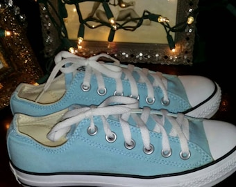 womans size 7.. guys size 5.. baby blue CONVERSE TIE UP kicks..converse 1980s converse..pastel beautiful blue converse sneakers