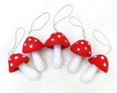 Cinq champignons en laine feutrée pour l'arbre de Noël, décoration champignons à suspendre, champignons rouges jaunes et prune