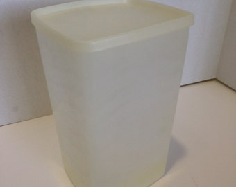 Vintage Tupperware 64 Ounce Square Rounds Container