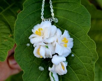 White Wedding necklace. Floral jewellry. Jasmine flowers necklace. Romantic wedding. Bridal necklace. White flowers necklace. Fimo jewelry