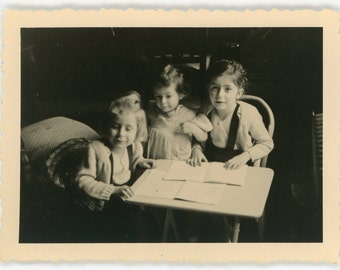 Zealous sisters- original 60s vintage photograph- family snapshot- vernacular photo- paper ephemera