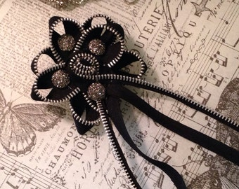 Pin Zipper flower in black with silver sparkle