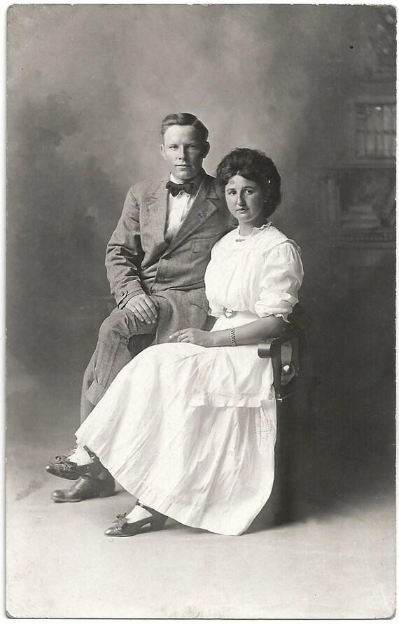 ancienne photo carte postale fr re et soeur femme portant long. Black Bedroom Furniture Sets. Home Design Ideas