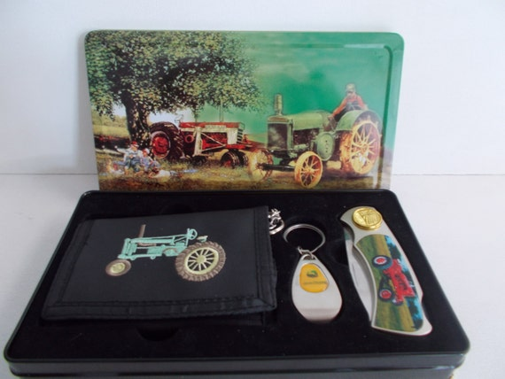 john deere gift set including wallet keychain and knife. Black Bedroom Furniture Sets. Home Design Ideas