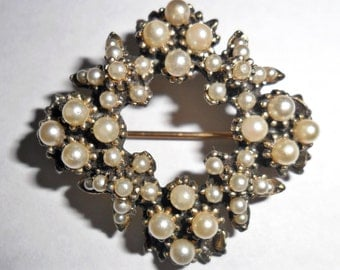 Pretty petite vintage dark goldtone diamond shaped brooch with tiny faux pearl accents