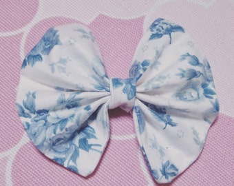 Vintage blue and white flower pattern bow