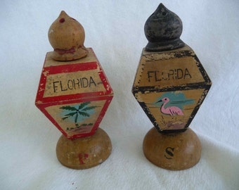 VINTAGE Florida Souvenir Wood salt and Pepper Shakers - Palm Trees and Flamingos - Never Used