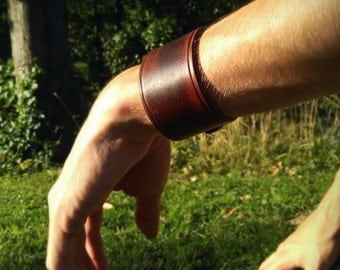 Force single brown leather strap.