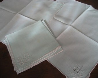 Set of 4 VINTAGE Green with White Cutwork Embroidered Linen Napkins