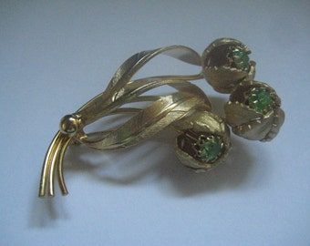 60s Gold Tone Flower Spray Pin with Peridot Rhinestone Stamens  Excellent Workmanship but Unsigned
