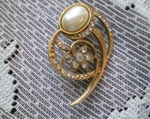 Pretty Vintage Pin/Brooch Rhinestones and Pearl Cabochon