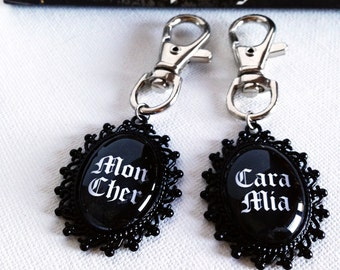 Addams Family Mon Cher Cara Mia Keyring Set Couple Gift Idea Anniversary - Morticia Addams - Gomez Addams - Halloween Gothic Gifts- Set of 2