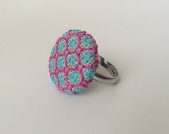 Ajustable button ring. Purple and turquoise embroidered ring