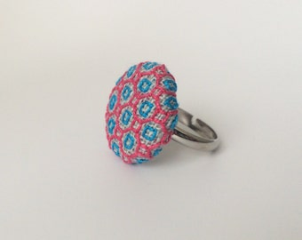 Adjustable button ring. Pink blue embroidered