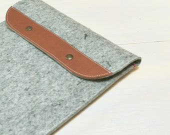 12 inch MACBOOK CASE in grey felt with folding closure. Leather details.