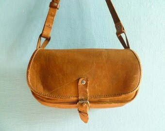 Vintage women leather shoulder bag / purse / crossbody / caramel / light brown / distressed leather / small