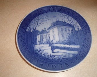 vintage royal copenhagen blue christmas plate 1975 the queens christmas residence