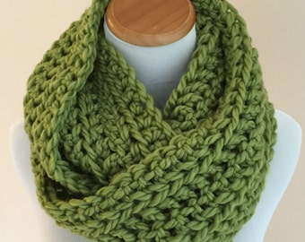 THE LYNX - Chunky Infinity Scarf, Wool Blend, Crochet Infinity Scarf / Sweet Grass, Light Green