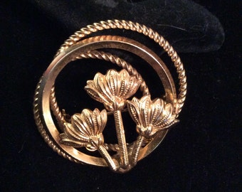 Flower gold toned brooch 1-1/2 in x 2 in