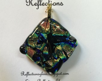 Pendant made of fused dichroic glass. (p52)