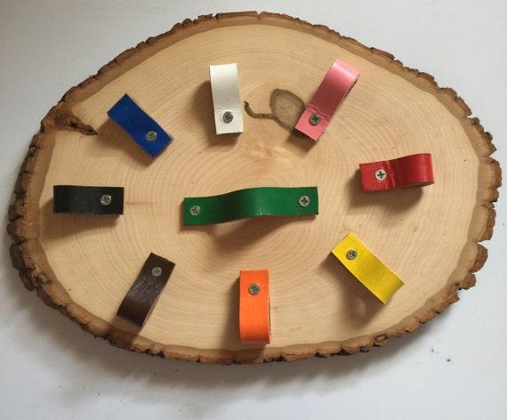 Poign es de tiroir personnalis couleur cuir et poign es de for Poignee de meuble en cuir
