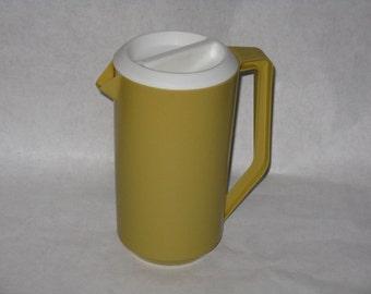 Vintage Rubbermaid pitcher harvest gold 2 1/4 quarts 1970's