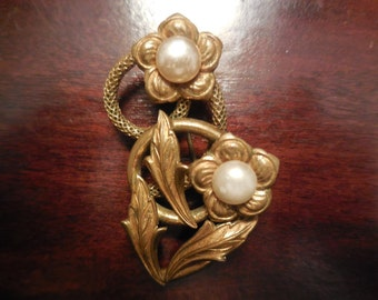Beautiful  vintage golden brooch with faux perles.1950