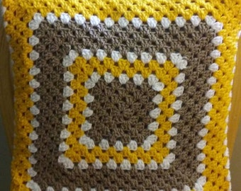 Decorative pillow in gold yellow, white and light brown