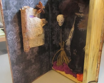 AlTeReD aRt HaLLowEEn dEcOr SpeLL bOOk & CanDlE OOak SkElEtOn wiTcH NoiR SkuLL