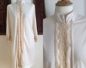 Vintage 60s / Mod / Gossard Artemis / Off White / Embroidered / Snap / Robe / Medium
