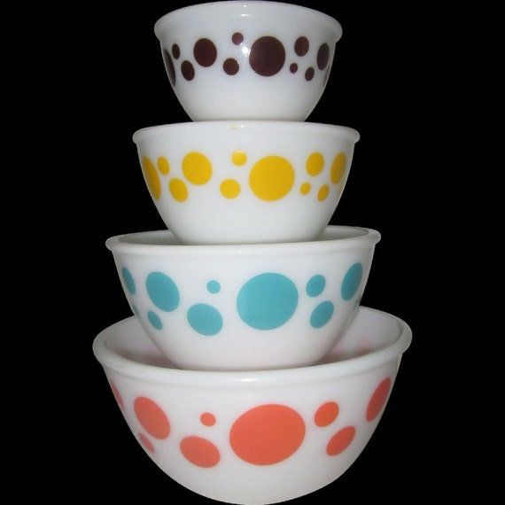1950 hazel atlas 4 polka dot milk glass mixing bowl set. Black Bedroom Furniture Sets. Home Design Ideas