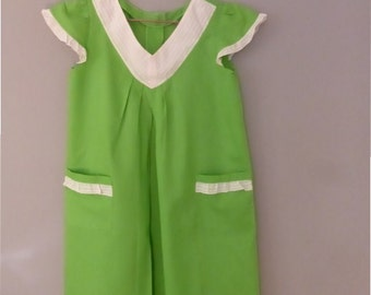 1960s waitress dress. M size. Bright green cotton vintage dress, with wide V neckline. In a very good vintage condition.