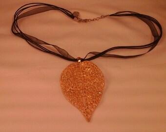 Filigree leaf gold effect necklace - alloy