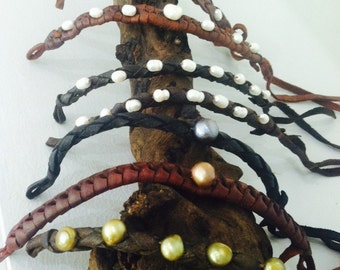 Leather bracelet with freshwater pearl
