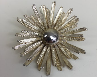 textured gold starburst flower pin brooch 60s