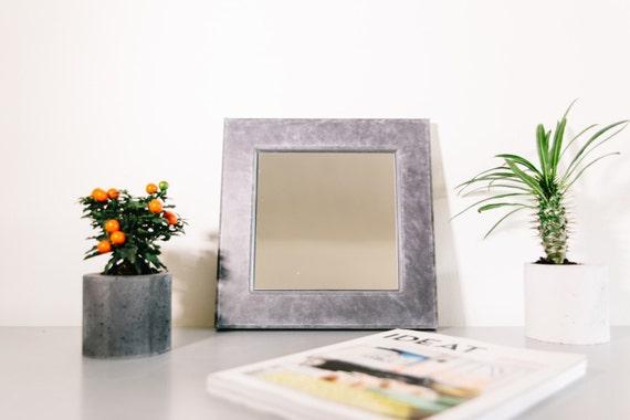Miroir et cadre en b ton accessoire de d co salle de - Accrocher cadre mur beton ...