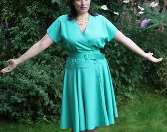Sale! Full skirt 1980s Green Wrap Dress/V-neck Loose Bodice/Belted/Batwing Short Sleeves/Viscose Blend/Made in UK/Size Small