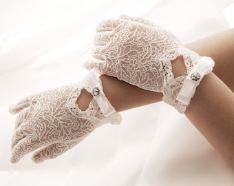 Romantik lace gloves for first communion and wedding flower girls, made in very delikate elastic lace with ribon bow and cristals