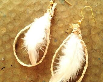 Boucles d'oreilles en raphia NATURE --  tressé et plumes naturelles, non traitées, crochets dorés sans nickel