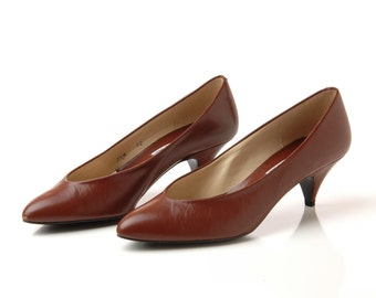 Vintage Brown Kitten Heel Shoes / 1980s Brown Leather Heels / 80s Low Heel Pumps / Size 7.5
